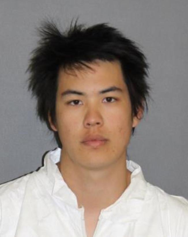 爾灣曲姓華裔居民因對非裔學生進行仇恨犯罪,被判180天監獄牢刑和三年緩刑。(爾灣市警局提供)