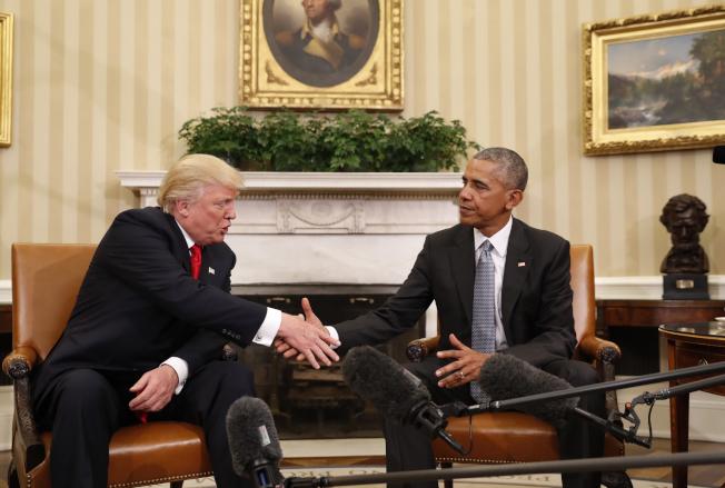 歐巴馬透露,他從來就看不起川普。圖為川普(左)當選後,到白宮會見歐巴馬。(美聯社)
