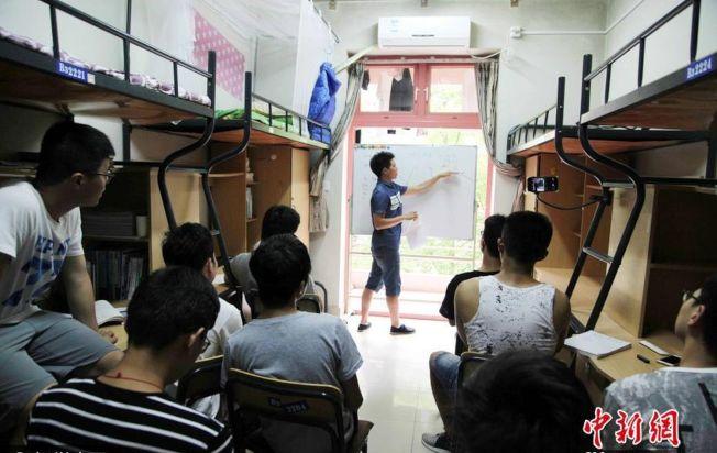 浙江農林大學大三學生李海明,在學生寢室裡為班級的部分男生補課,同學們還稱他為「中國好室友」。(取材自中新網/視覺中國圖)