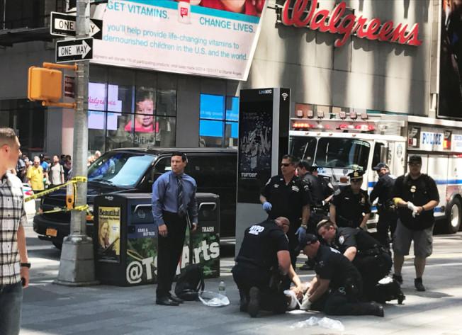 大批警察在現場調查。(路透)