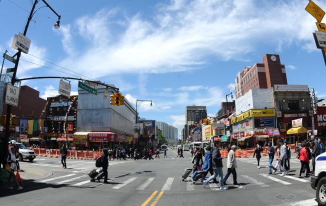 法拉盛羅斯福大道與緬街交口為中心,可分為東(前)、南(左)、西(遠前)、北(右)方位。(記者許振輝/攝影)