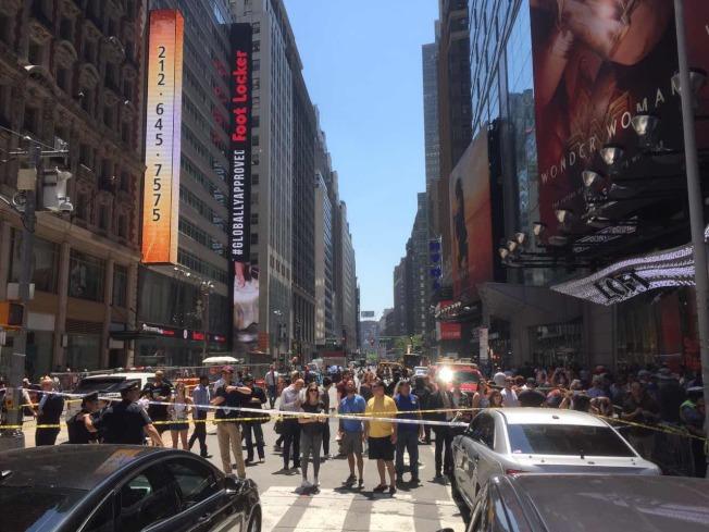 時報廣場車禍現場已經被警方封鎖,大批民眾圍觀。(記者洪群超/攝影)