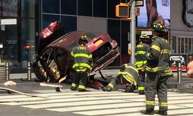 消防人員在時報廣場處理肇事汽車。(foxny)