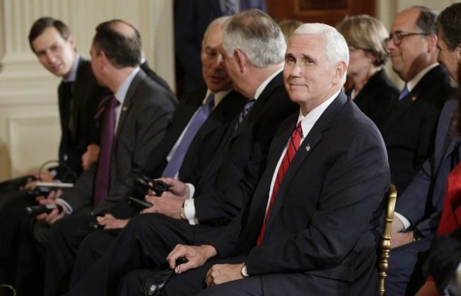 副總統潘斯18日出席在白宮舉行的川普總統與哥倫比亞總統的聯合記者會。左為川普總統特別顧問庫許納等人。(路透)