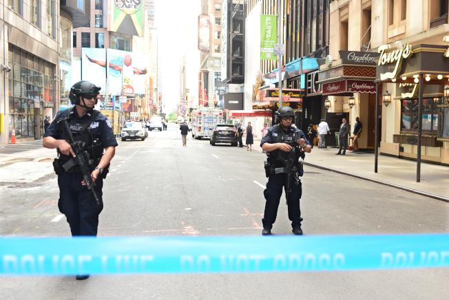紐約時報廣場18日中午發生嚴重車禍,警方封守廣場四周道路進行調查。(記者許振輝/攝影)