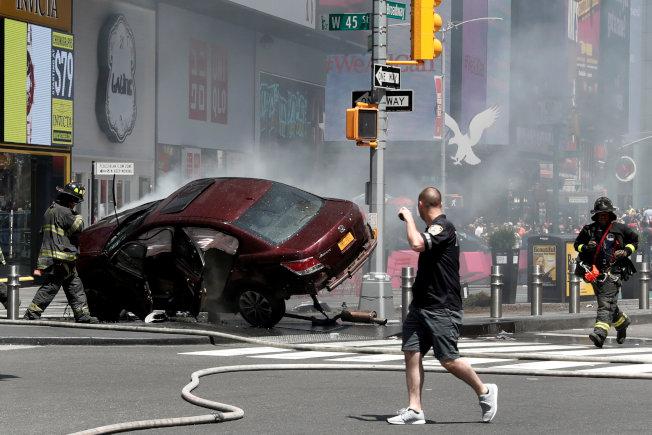 Rojas所駕駛的本田轎車,以高速衝上行人道,所幸被護欄擋住,整輛車撞得幾乎四腳朝天。(路透)