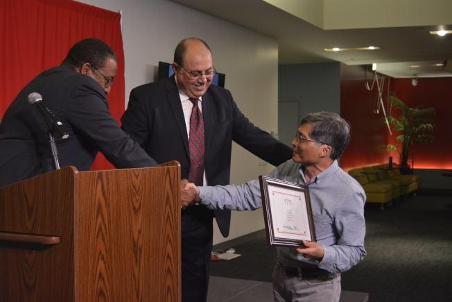許振輝(右)獲第15屆「少數族裔及社區媒體獎」「最佳影片」和「最佳攝影」三等獎。(記者俞姝含/攝影)