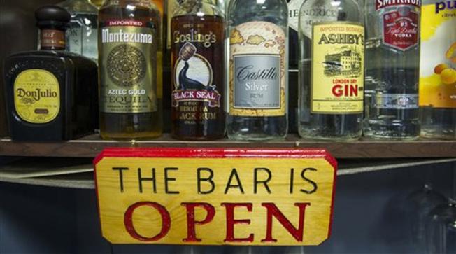 伊利諾州一家酒吧拒絕一名顧客飲酒,因為服務生和經理不承認她的綠卡是有效的身分證明。(美聯社)
