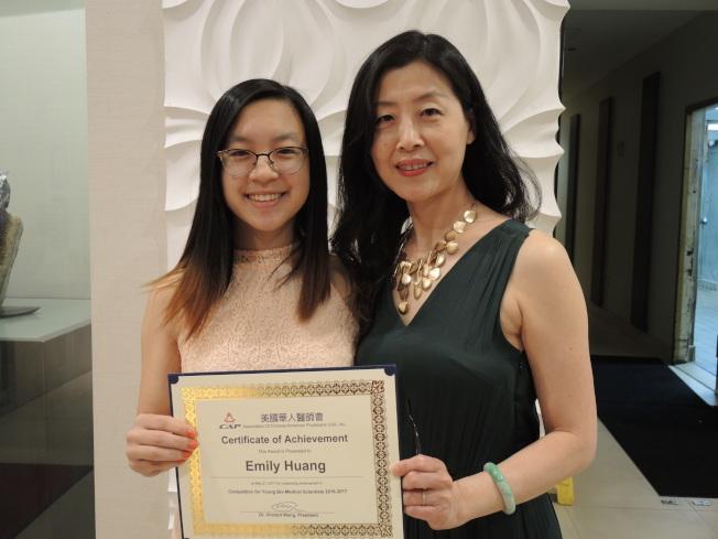 黃星言(左)榮獲金獎,右為母親劉女士。(記者朱蕾/攝影)