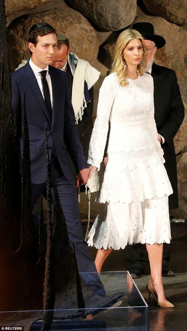 川普的大女兒伊凡卡與夫婿庫希納,也是手握手。(路透)</p> <p>