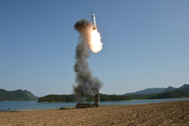北韓官方朝中社發布的照片顯示,北韓正進行中程彈道導彈試射。(歐新社)