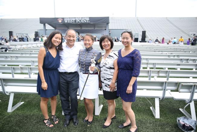 朱海舟(中)以優異成績畢業,一人獨獲兩項獎學金。前來參加畢業典禮的父母和姊妹無比驕傲。(記者洪群超/攝影)