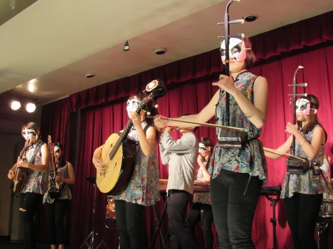 「台灣當代樂坊」30日在中華公所大禮堂進行最後一場在美國的巡迴演出。(記者顏嘉瑩/攝影)