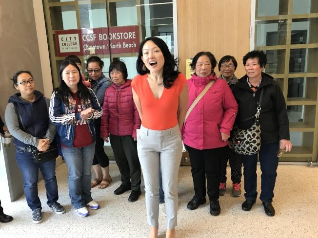 市議員金貞妍(前)和華人進步會、社區住客聯會的代表共同呼籲,舊金山居民積極報讀市大免費有學分課程。(記者黃少華/攝影)