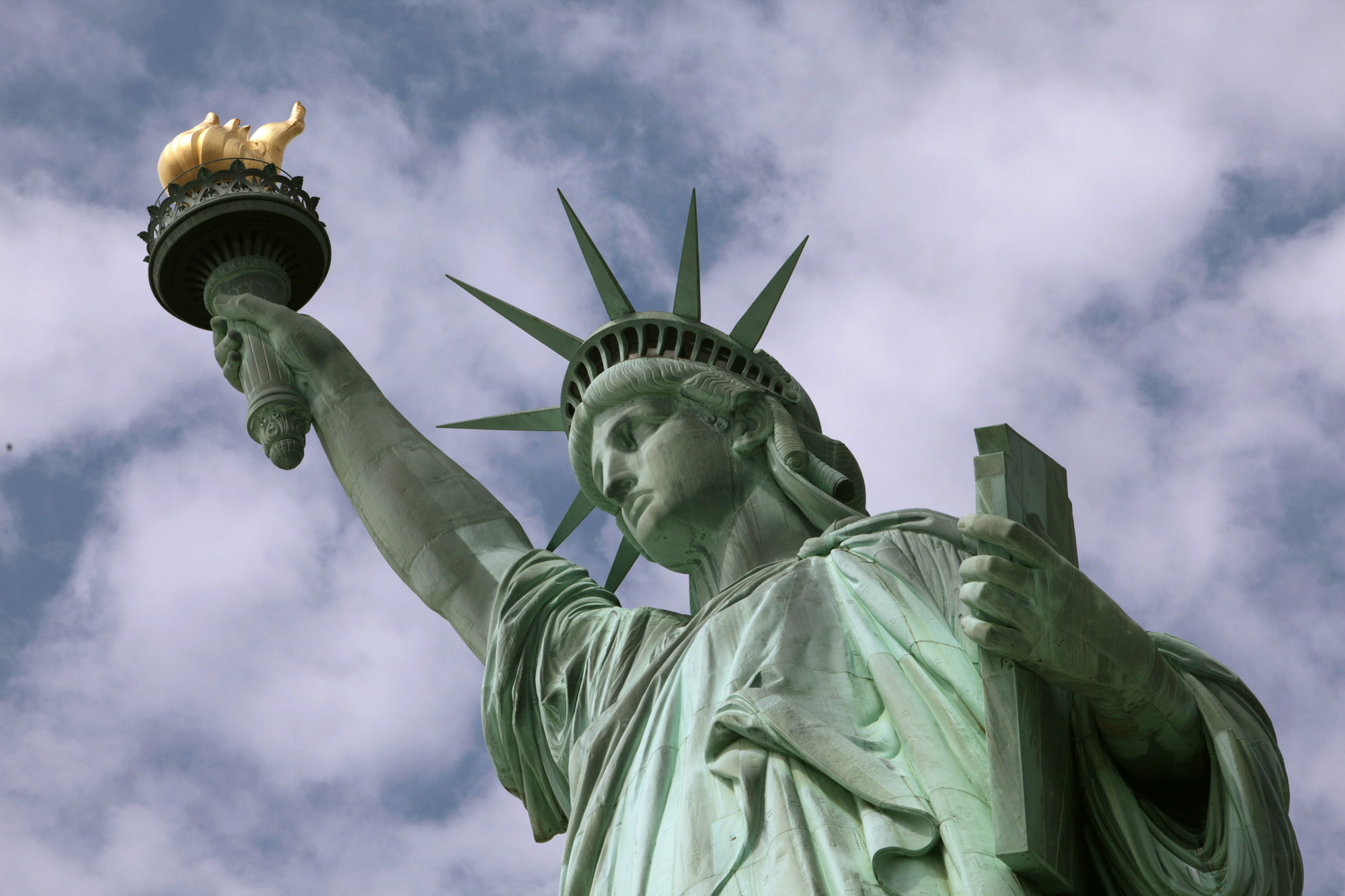 2009年6月,自由女神高舉著火炬,照耀世界。(美聯社)