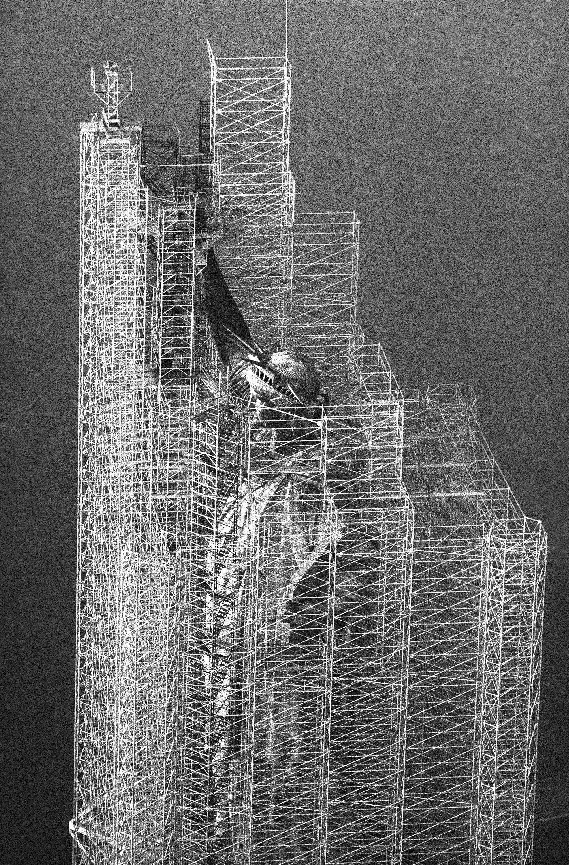 1984年6月21日,自由女神像進行整修。(美聯社)
