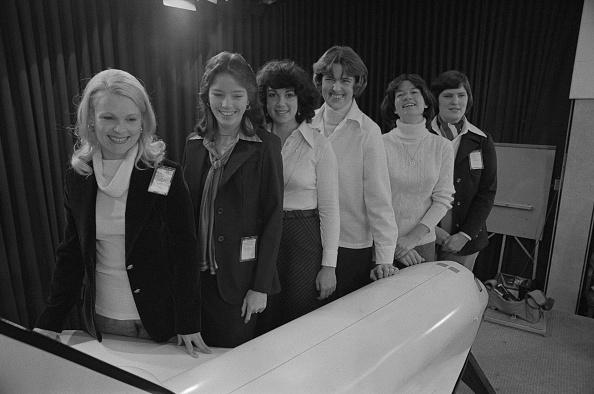 NASA於1978年1月31日宣布將參加太空計畫六名女太空人,包括Ride(右二)和 Lucid(右三)。(NASA)