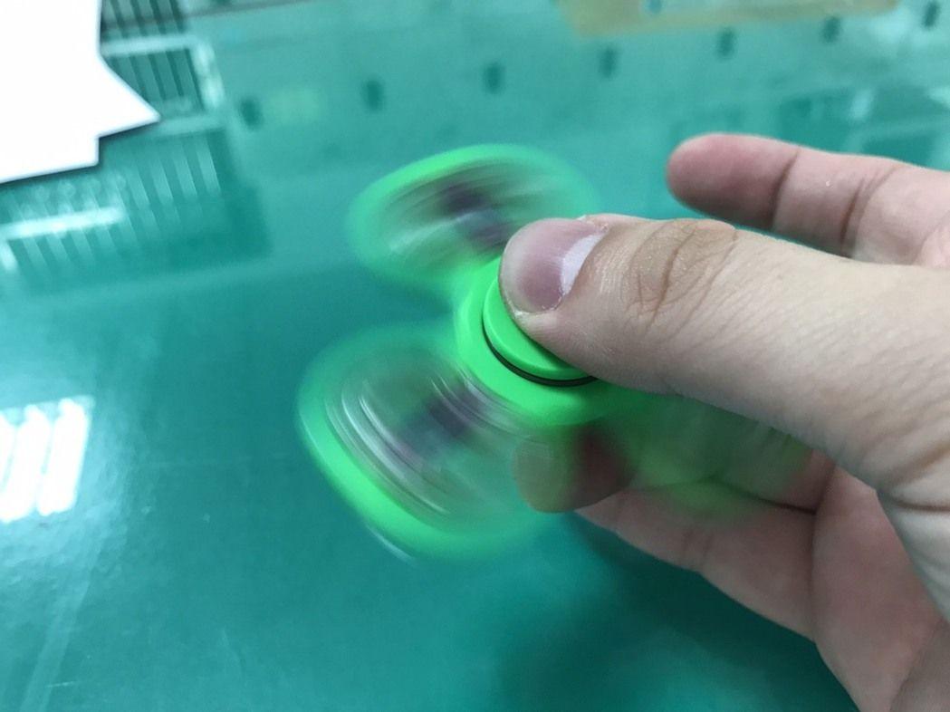 市面上熱賣的指尖陀螺。記者游振昇/攝影