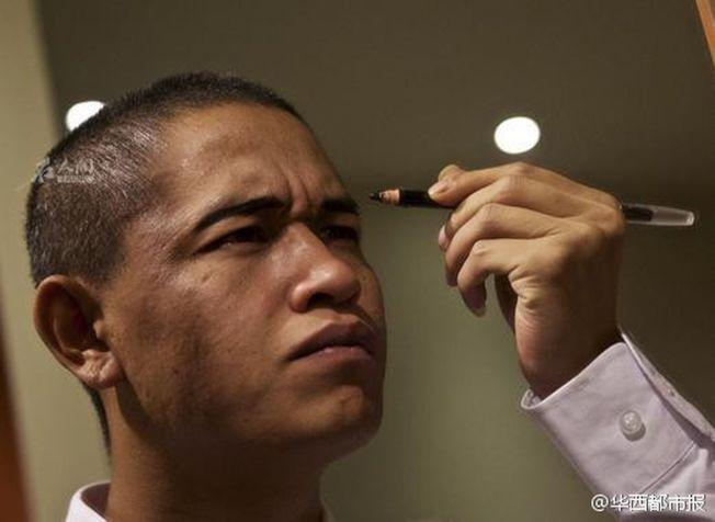 川版「歐巴馬」肖基國正在化妝。(取材自微博)