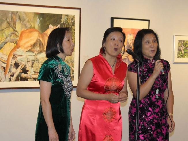 塔城華人協會成員演唱,左起劉彥、高東妹和尚晉兵。 (程斐提供)