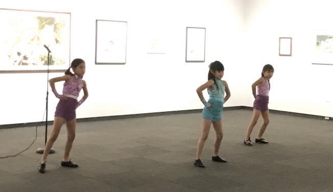 塔城華人協會小朋友表演舞蹈Shake It Off。左起Emily Yu 、Sophie Zhao及Jessica Wang。 (塔城亞洲協會提供)