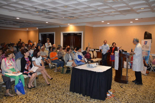 近150位聽眾到場聆聽並向醫師提問。(記者高梓原/攝影)