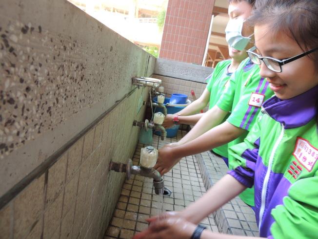 淹水地區容易發生腹瀉、痢疾等腸道傳染病,一定要勤洗手、戴口罩。(本報資料照片)