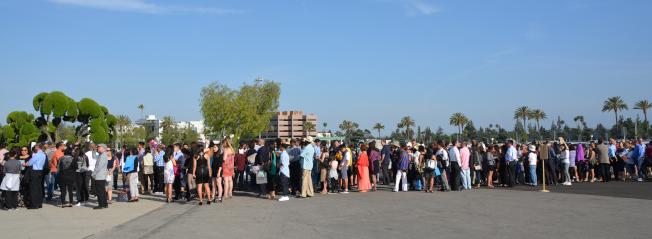 近萬名家長親友排長隊等候進入亞凱迪亞高中2017屆畢業禮會場。(記者丁曙/攝影)