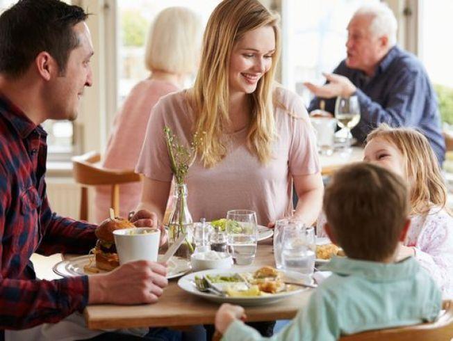 美國人最浪費錢的方面顯而易見,那就是食物,包括經常上餐館。(Getty Images)