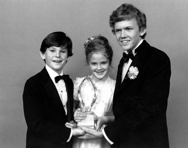 「E.T.外星人」劇中主角 Drew Barrymore(中)、 Henry Thomas (左)及 Robert Macnaughton (右)1983年3月17日獲得「全美民選獎」( People's Choice Award )。