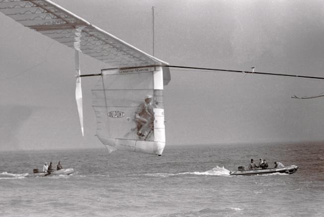 艾倫正賣力以雙腳踩踏「飄逸信天翁」 號,飛越英吉利海峽。(美聯社)