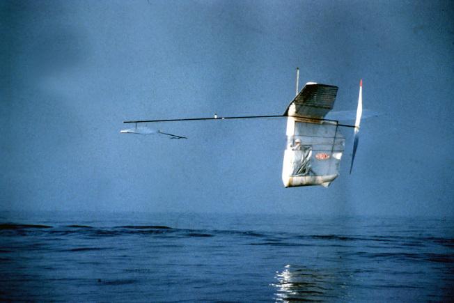 艾倫以雙腳踩踏「飄逸信天翁」 號,飛越英吉利海峽。(美聯社)