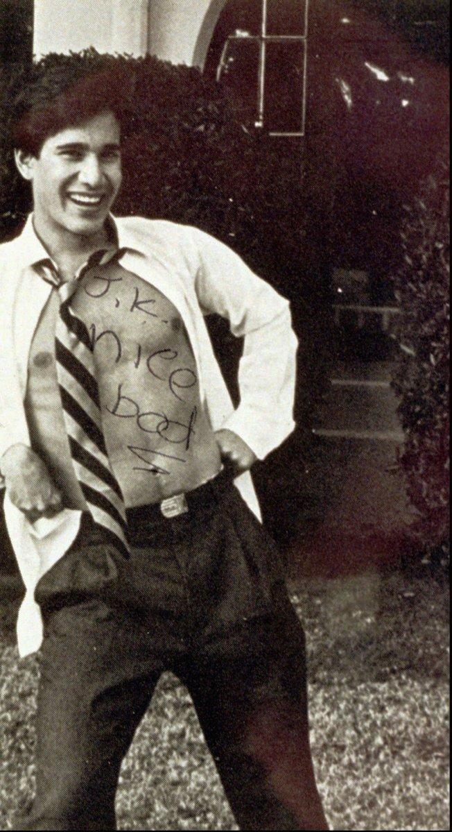 庫安南在高中畢業紀念冊上,拉開襯衫,露出胸膛。(美聯社)