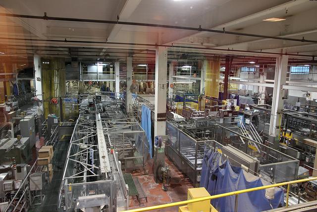 啤酒生產線無人車間。