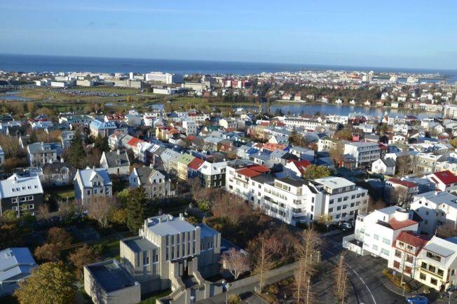 冰島人口僅約33萬人,每年卻迎來數倍之多的各國觀光客,衍生的代價包括旅遊意外增加,民宿、旅館越來越多,遊客隨意便溺等。中央社