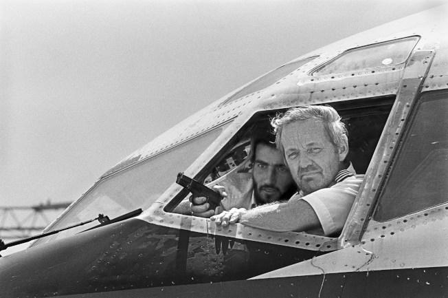 6月19日,機長John Testrake被恐怖份子押著,在機艙對著記者講話。(Getty Images)