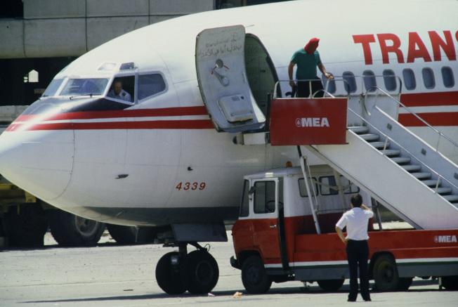 6月20日,一名蒙面恐怖份子出現在機門。(Getty Images)