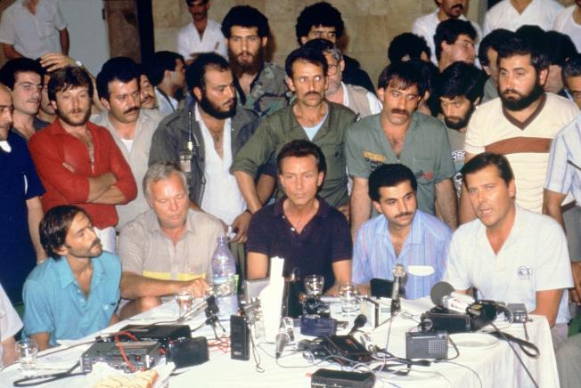 6月20日,美國人質釋放後在貝魯特記者會上描述被劫持情形。(Getty Images)