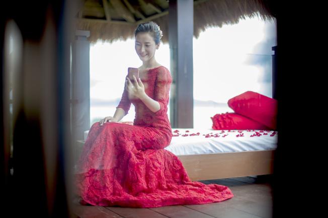 中國紅的婚紗,東西合璧。(「Lizadia來」/提供)