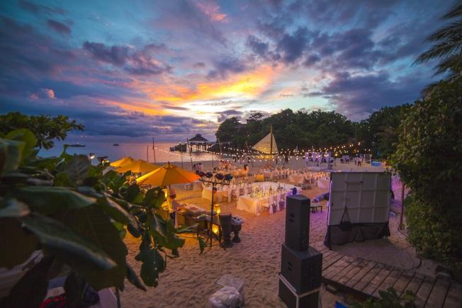 海灘婚宴,浪漫唯美。(「Lizadia來」/提供)