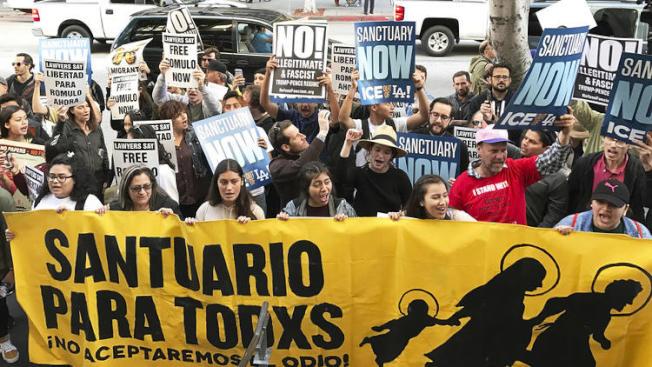 洛杉磯法庭外為移民議題民眾示威抗議的檔案照。(美聯社)