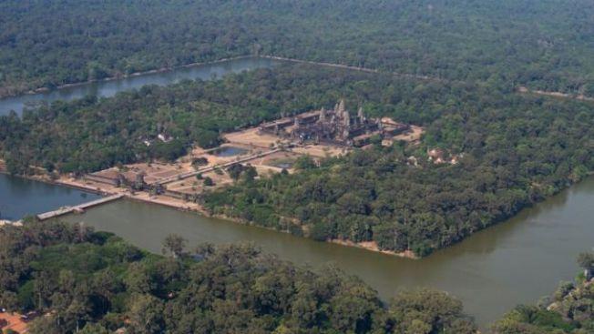 吳哥窟四周環繞著護城河,是一座宏偉的印度佛教寺建築。(取自BBC網站)