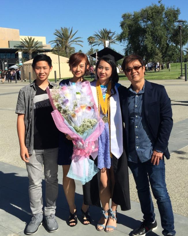 蕭靖彤(右二)與家人一起出席畢業典禮。(蕭靖彤提供)