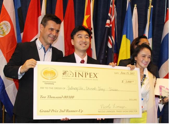 人本自然公司喜獲獎金2000元。(記者張瓊月/攝影)