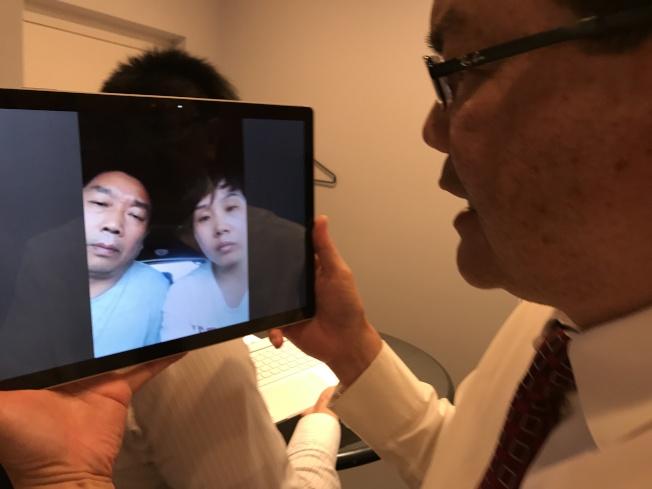 章瑩穎父親章榮高(螢幕左)、小姨葉麗欽(右)透過芝加哥福建同鄉會的鄭金光醫師安排,在抵達芝加哥後,接受視訊採訪。(記者黃惠玲/攝影)