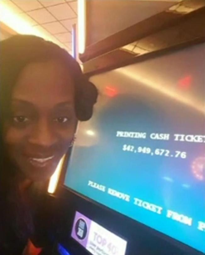 布克曼去年8月在紐約市雲頂世界賭場中獎後,與顯示中獎金額的賭機銀幕合影。(取材自臉書)