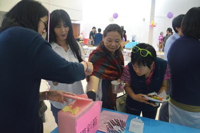 勵馨17日舉行13周年慶,民眾參加抽獎。(記者牟蘭/攝影)
