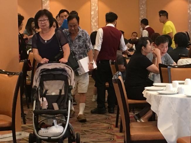 慶祝父親節,不少華人邀父親一起上餐館慶祝父親節。(記者謝雨珊/攝影)