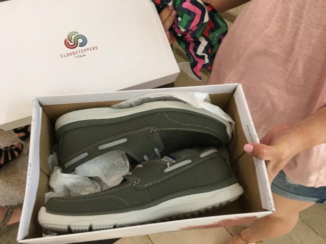 洛杉磯市劉小姐與住在爾灣的弟弟邀爸爸一起吃飯慶祝父親節,並特地送爸爸一雙特意挑選的鞋。(記者謝雨珊/攝影)