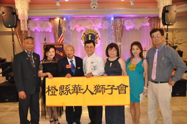 橙縣華人獅子會舉辦新舊會長交接儀式,新會長李素英(右三)從卸任會長張玲玲(右二)接棒。(記者張越/攝影)